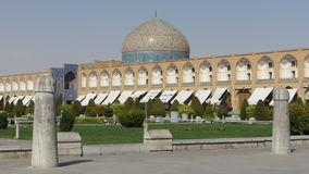 Naqsh-e Jahan & x28; Imam& x29; Fyrkant i Isfahan med polostolpar i förgrunden och Sheikh Lotfollah Mosque i bakgrunden Arkivbilder