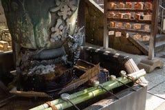 NARA, ЯПОНИЯ - 30-ОЕ ЯНВАРЯ 2018: Фонтан дракона для обряда очистки воды Chozuya в виске Осака стоковая фотография