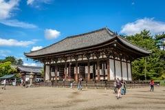 Nara, Giappone - 18 settembre 2018 - locali e turisti che camminano intorno ad un tempio giapponese nella città di Nara nel Giapp fotografia stock