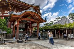 Nara, Giappone - 18 settembre 2018 - locali e turisti che camminano intorno ad un tempio giapponese nella città di Nara nel Giapp immagini stock