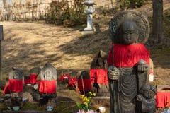 NARA, JAPÃO - 30 DE JANEIRO DE 2018: Esculturas de pedra da Buda que vestem a roupa vermelha no templo de Nara imagem de stock royalty free