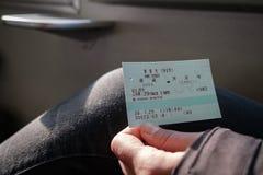 NARA, JAPÃO - 30 DE JANEIRO DE 2018: A pessoa que guarda um JÚNIOR cerca o bilhete de trem de Nara a Tennoji fotos de stock