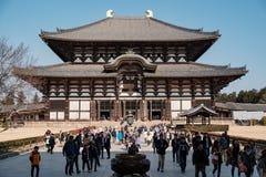 NARA, JAPÃO - 30 DE JANEIRO DE 2018: Turistas e locals que andam no antro de Daibutsu no templo de Todaiji de Nara imagens de stock royalty free