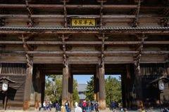 NARA, JAPÃO - 30 DE JANEIRO DE 2018: Turistas que andam na entrada da porta gigante do templo de Todaiji Nandaimon em Nara imagens de stock