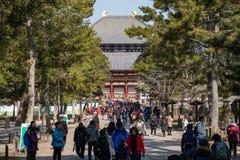 NARA, JAPÃO - 30 DE JANEIRO DE 2018: Turistas que andam na entrada do templo gigante de Todaiji em Nara imagem de stock
