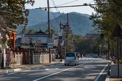 NARA, JAPÃO - 30 DE JANEIRO DE 2018: Uma condução de carro na rua em Nara, mostrando as montagens e a cidade imagens de stock royalty free