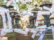 Nara, Japão - 26 de julho de 2017: Pedaço de papel bonito e pequeno da oração no templo de Todai Ji, pedaços de papel pequenos us Fotos de Stock Royalty Free