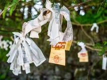 Nara, Japão - 26 de julho de 2017: Pedaço de papel bonito e pequeno da oração no templo de Todai Ji, pedaços de papel pequenos us Fotografia de Stock
