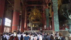 Nara, Japón - 28 de mayo de 2018: Dentro del edificio principal del templo de Todaiji, una señal de Nara