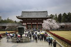 NARA JAPAN - APRIL 02, 2019: Talrikt turistbesök av den Todai-ji templet i Nara, Japan royaltyfri foto