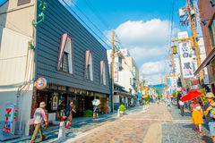 Nara Japan - Juli 26, 2017: Det oidentifierade folket som går på gatorna och, besöker ett shoppa område i Nara, Japan nara Royaltyfri Fotografi