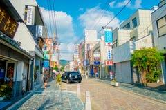 Nara Japan - Juli 26, 2017: Det oidentifierade folket som går på gatorna och, besöker ett shoppa område i Nara, Japan nara Arkivfoto