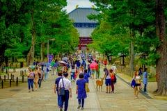 Nara Japan - Juli 26, 2017: Folkmassa av folk som går inom av Nara Park i Nara, Japan Nara är en viktig turism Royaltyfria Bilder
