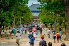 Nara Japan - Juli 26, 2017: Folkmassa av folk som går inom av Nara Park i Nara, Japan Nara är en viktig turism Royaltyfri Foto