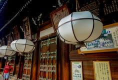Nara Japan - Juli 26, 2017: Härliga vita lyktor i korridoren av den stora Buddha på Todaiji Nigatsudo förvarar in Fotografering för Bildbyråer