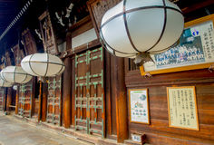 Nara Japan - Juli 26, 2017: Härliga vita lyktor i korridoren av den stora Buddha på Todaiji Nigatsudo förvarar in Arkivbilder