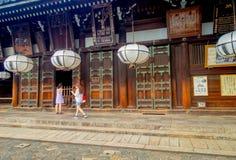 Nara Japan - Juli 26, 2017: Härliga vita lyktor i korridoren av den stora Buddha på Todaiji Nigatsudo förvarar in Arkivfoto