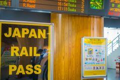Nara, Japan - 26. Juli 2017: Informatives Zeichen mit der Abfahrtszeit von Zügen innerhalb des Bahnhofs an Lizenzfreies Stockfoto