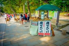 Nara Japan - Juli 26, 2017: Informativt tecken med mat för de lösa hjortarna i Nara, Japan Nara är en viktig turism Arkivbilder