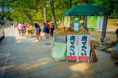Nara Japan - Juli 26, 2017: Informativt tecken med mat för de lösa hjortarna i Nara, Japan Nara är en viktig turism Royaltyfri Fotografi
