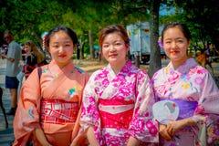 Nara Japan - Juli 26, 2017: Oidentifierade kvinnor som poserar för kamera i Nara, parkerar, Japan Nara är en viktig turism Royaltyfri Foto