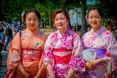 Nara Japan - Juli 26, 2017: Oidentifierade kvinnor som poserar för kamera i Nara, parkerar, Japan Nara är en viktig turism Royaltyfria Bilder