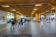 Nara Japan - Juli 26, 2017: Oidentifierat folk som går inom av järnvägsstationen på centret i Nara, Japan nara Arkivbilder