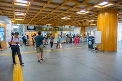 Nara Japan - Juli 26, 2017: Oidentifierat folk som går inom av järnvägsstationen på centret i Nara, Japan nara Arkivbild