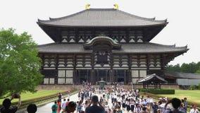Nara, Japan - 28. Mai 2018: Tourist, der an der Front Haupthalle Todaiji-Tempels, ein Markstein von Nara geht stock video footage