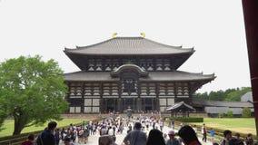 Nara, Japan - 28. Mai 2018: Touristen auf dem Weg zum Haupt-Hall großen Osttempels Todaiji bei Nara Japan stock video footage