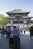 NARA JAPAN - MAJ 11, 2014: Handelsresande som går på den Todai-ji templet Arkivfoto