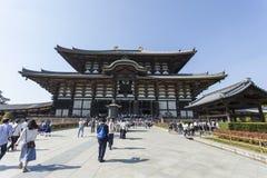 NARA JAPAN - MAJ 11, 2014: Handelsresande som går på den Todai-ji templet Fotografering för Bildbyråer