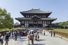 NARA JAPAN - MAJ 11, 2014: Handelsresande som går på den Todai-ji templet Royaltyfri Fotografi