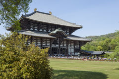 NARA JAPAN - MAJ 11, 2014: Handelsresande som går på den Todai-ji templet Royaltyfria Bilder