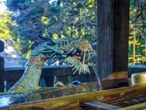 Nara Japonia, Lipiec, - 26, 2017: Zamyka up kruszcowy kawałek w formie smoka faucet, przy Todai Ji świątynią w Tokio, Zdjęcia Royalty Free
