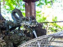 Nara Japonia, Lipiec, - 26, 2017: Zamyka up kruszcowy kawałek w formie smoka faucet, przy Todai Ji świątynią w Tokio, Fotografia Stock