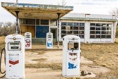 Nara Visa - vers en décembre 2017 : Gaz et station service abandonnés I de Chevron photo libre de droits