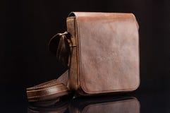 Naramienna torba z nastawczą patką na czarnym tle Zdjęcie Stock