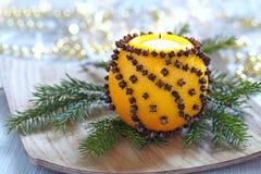 Naranja aromática de la Navidad con la vela fotografía de archivo libre de regalías