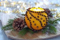 Naranja aromática de la Navidad con la vela fotos de archivo libres de regalías