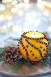 Naranja aromática de la Navidad con la vela fotografía de archivo