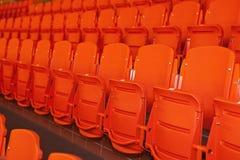 Naranja, asientos plásticos. Fotografía de archivo libre de regalías