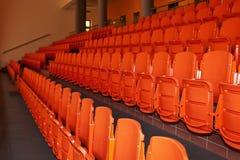 Naranja, asientos plásticos. Foto de archivo