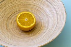 Naranja brillante en la placa de bambú Foto de archivo
