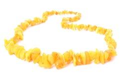 Naranja, collar ambarino brillante para la mujer en el fondo blanco Fotografía de archivo libre de regalías