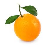Naranja con dos hojas en blanco Imagen de archivo