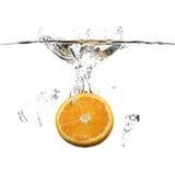 Naranja con el chapoteo del agua Foto de archivo libre de regalías