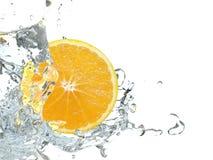 Naranja con el chapoteo del agua imagen de archivo