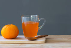 Naranja con el zumo de naranja en vidrio Fotos de archivo