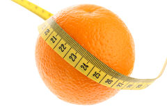 Naranja con la cinta de medición amarilla como peso perdidoso Imagen de archivo libre de regalías